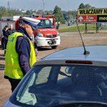 akcja Road Safety Days w Wodzisławiu Śl. 21 wrzesnia 2021, na zdjęciu policjant zatrzymujący samochód i tłumaczący powody zatrzymania