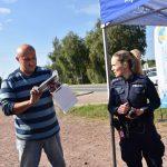 akcja Road Safety Days w Wodzisławiu Śl. 21 wrzesnia 2021, na zdjęciu kierowca odbierający gadżety od policjantki