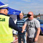 akcja Road Safety Days w Wodzisławiu Śl. 21 wrzesnia 2021, na zdjęciu kierowcy próbujący narko i alkogogli próbujący przywitać się z policjantem