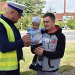 akcja Road Safety Days w Wodzisławiu Śl. 21 wrzesnia 2021, na zdjęciu kierowca z synem zainteresowani akcją w towarzystwie policnajta