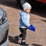 akcja Road Safety Days w Wodzisławiu Śl. 21 wrzesnia 2021, na zdjęciu małe dziecko z gadżetem promocyjnym w dłoni