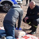 akcja Road Safety Days w Wodzisławiu Śl. 21 wrzesnia 2021, na zdjęciu kierowca wykonujący masaż serca na fantomie