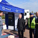 akcja Road Safety Days w Wodzisławiu Śl. 21 wrzesnia 2021 na zdjęciu wicestarosta Skatuła wręcza kierowcy gadżety pamiatkowe