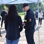 akcja Road Safety Days w Wodzisławiu Śl. 21 wrzesnia 2021 na zdjęcieu kierująca pojazdem w trakcie instruktażu pierwszej pomocy ze strony strażaka