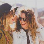 dwie roześmiane kobiety