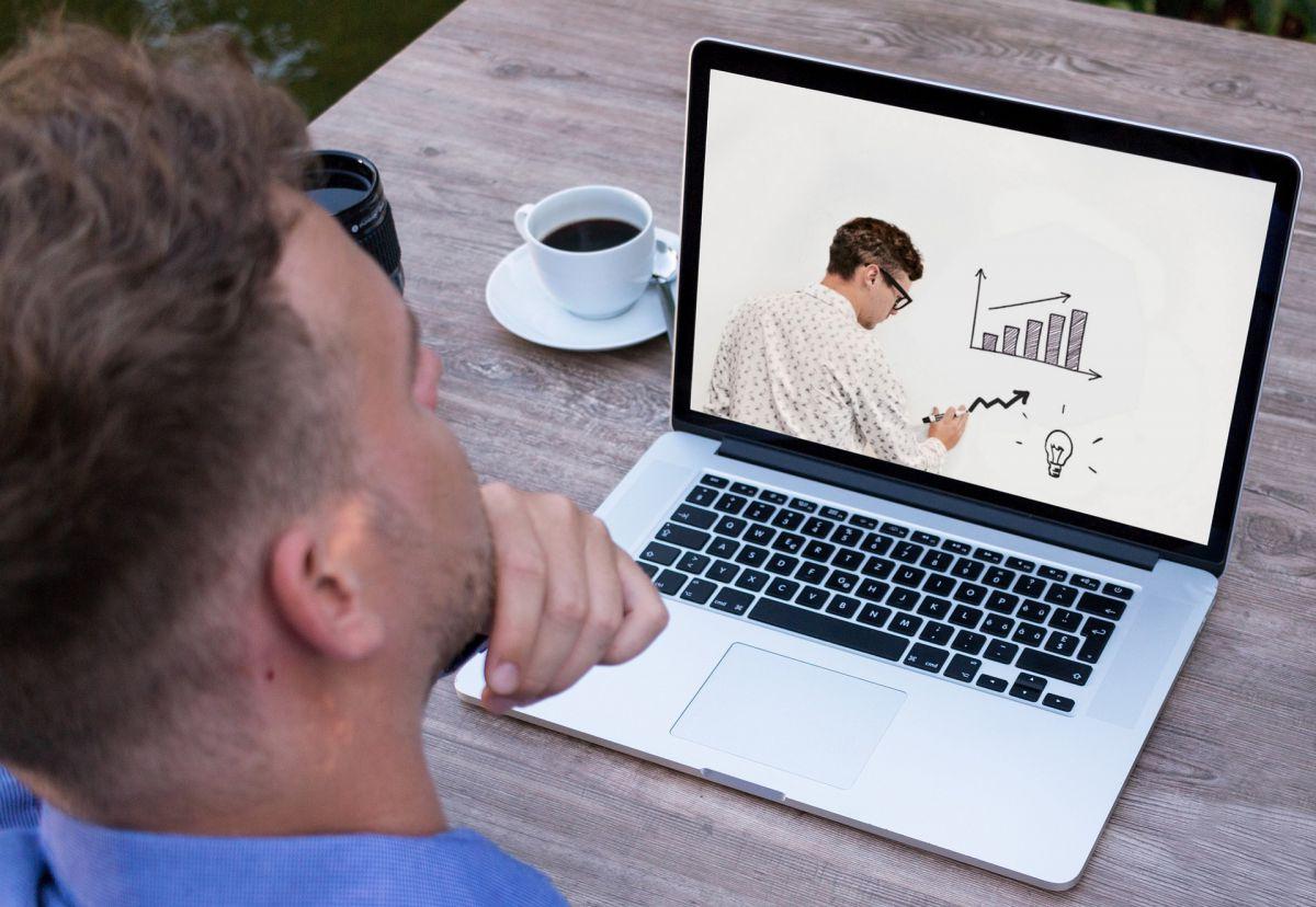 webinar, mężczyzna uczestniczący w zajęciach edukacyjnych online