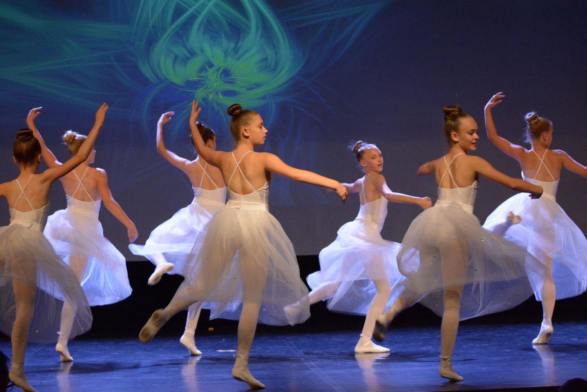 zdjęcie - w białych sukienkach tańczą dziewczynki z zespłu Miraż