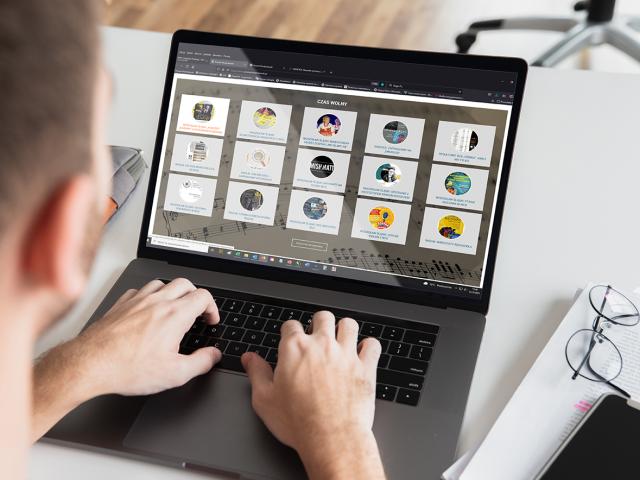 grafika przedstawiająca człowieka korzystającego z komputera