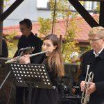 Festyn Barwy Jesieni w Oazie Aktywności w Wodzisławiu Śl. Fotorelacja z imprezy 12.10.2021 r. Na zdjęciu zespół muzyczny