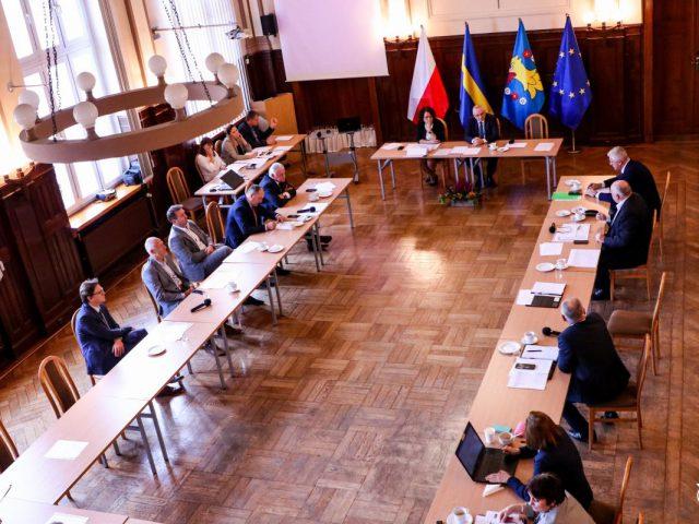 Konwent Starostów Województwa Śląskiego w Pszczynie 21.10.2021, na zdjęciu uczestnicy spotkania widok z góry na salę obrad