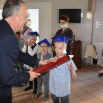 Ślubowanie pierwszaków w ZPSWR 2021 uczeń pasowany przez dyrektora szkoły
