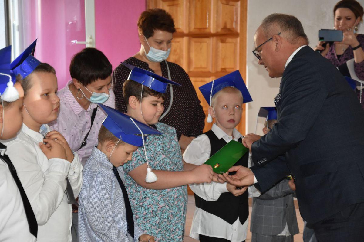 Ślubowanie pierwszaków w ZPSWR 2021 na zdjęciu starosta węcza dyplom uczniowi
