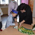 Ślubowanie pierwszaków w ZPSWR 2021 uczeń składa podpis pod przysięgą