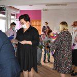 Ślubowanie pierwszaków w ZPSWR 2021 na zdjęciu przedstawiciele powiatu wręczają dzieciom tyty