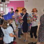 Ślubowanie pierwszaków w ZPSWR 2021 na zdjęciu Kornelia Newy wręcza dziecku tytę