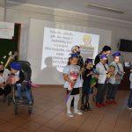Ślubowanie pierwszaków w ZPSWR 2021 na zdjęciu dzieci trzymające rogi obfitości, tzw. tyty