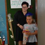 Ślubowanie pierwszaków w ZPSWR 2021 na zdjęciu uczennica z tytą w towrzystwie nauczycielki