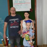Ślubowanie pierwszaków w ZPSWR 2021 na zdjęciu uczeń z tytą i opiekunami