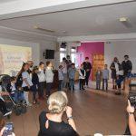 Ślubowanie pierwszaków w ZPSWR 2021 na zdjęciu uczestnicy-uczniowie wspólnie z opiekunami składają ślubowanie