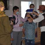 Ślubowanie pierwszaków w ZPSWR 2021 na zdjęciu uczestnicy-uczniowie otrzymują birety