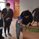 Ślubowanie pierwszaków w ZPSWR 2021 na zdjęciu uczeń składa podpis pod przysięgą ucnziowską