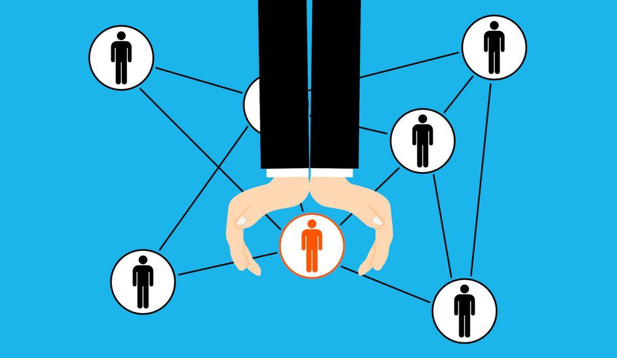 wsparcie,, pomoc, ludzie połączeni w sieci pomagający jednemu z nich, ubezpieczenie