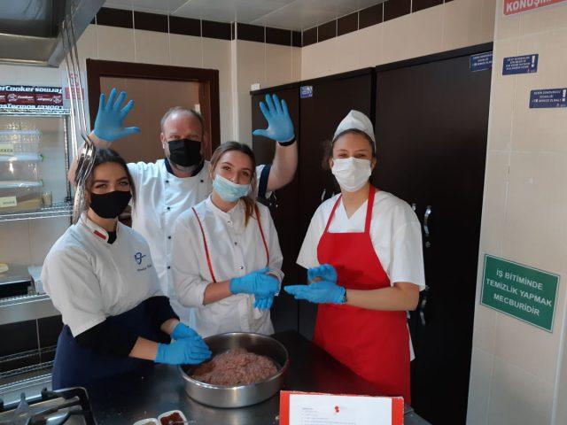 uczestnicy projektu w trakcie wykonywania zadań w kuchni, zdjęcie pozowane